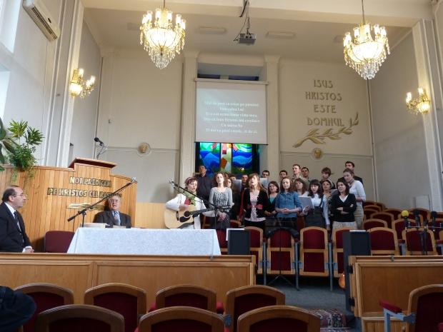 Tinerii Bisericii Baptiste Nădejdea conduși în închinare de Fibia Mocanu (la chitară)