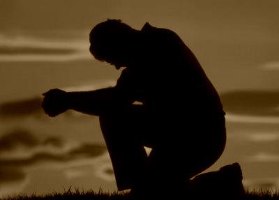 bărbat în rugăciune