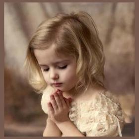 copil rugându-se
