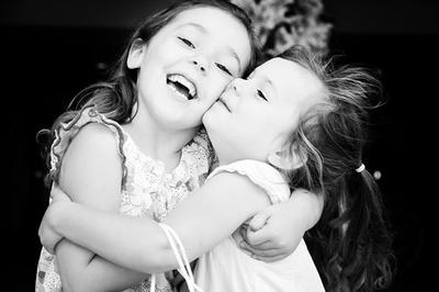 copii îmbrățișându-se - îmbrățișare (semneletimpului.ro)