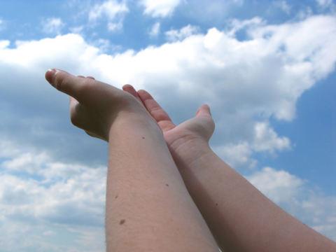 mîini spre cer (orizonturieterne.ro)