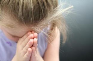Fetita rugându-se (sfatulparintilor.ro)