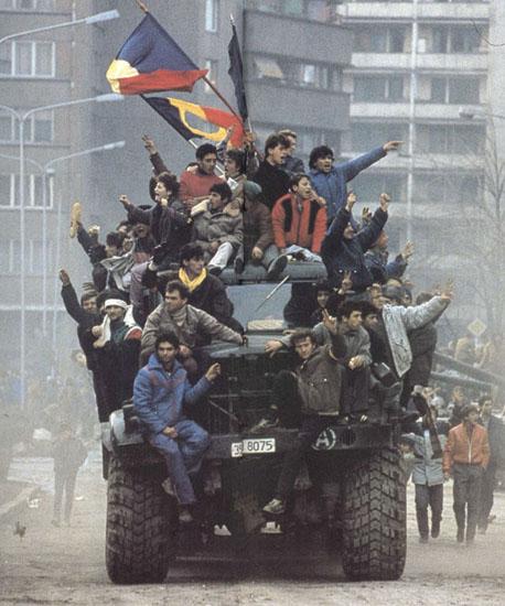 Revoluționari într-un camion al Armatei - decembrie 1989 (ro.wikipedia.org)