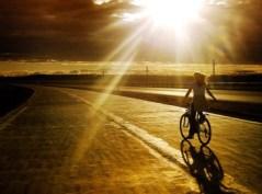 fată pe bicicletă, peisaj (revistaartasicredinta.ro)