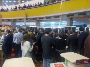 Sesiuune de autografe cu președintele Kalus Iohannis la Gaudeamus 2014 (2)