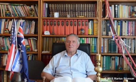 Ioan Alexandru Lăpugean la biroul său (13.7.2015) cu logo